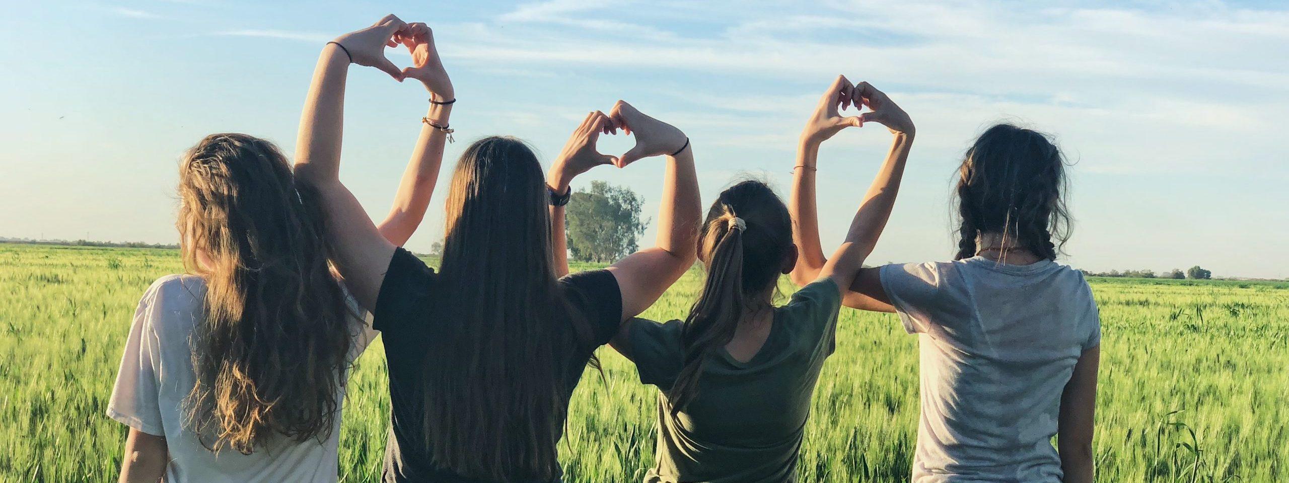 Tjejer formar hjärtan med händerna